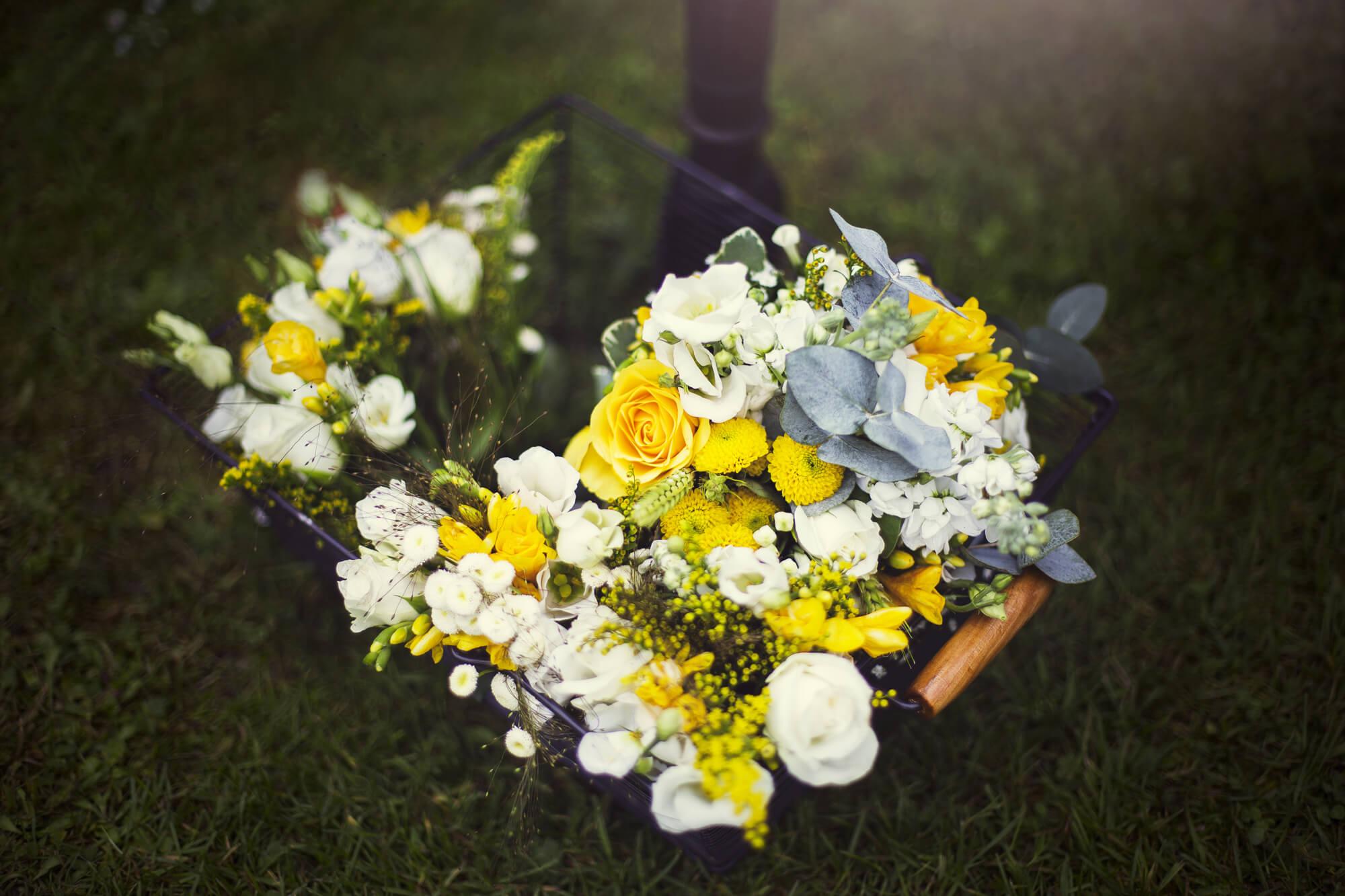 panier_garni_fleurs_jaune_mariage