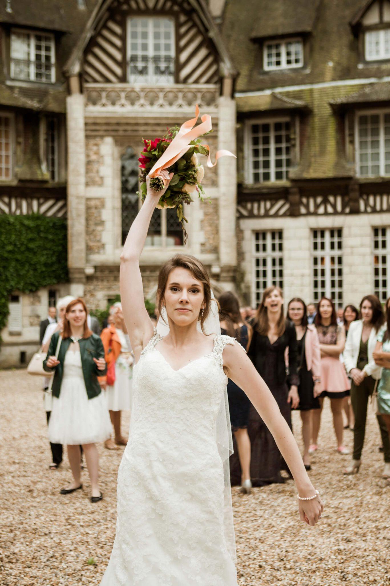 robe_mariee_lance_bouquet_fleurs