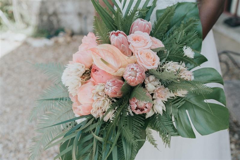 fleur mariage bouquet de mariée pour un mariage tropical chic. Empreinte éphémère wedding planner Provence paris normandie