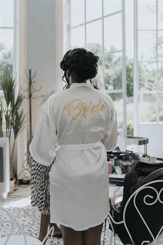 mariage tropical chic et robe de chambre personnalisé en bride to be. Empreinte éphémère wedding planner Provence paris normandie