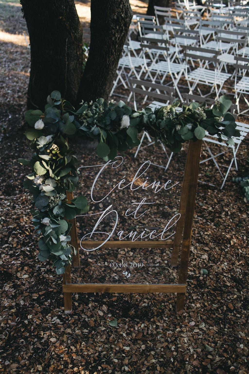panneau de bienvenue en plexi pour la cérémonie laïque d'un mariage en Provence. Empreinte éphémère wedding planner Provence, paris et normandie
