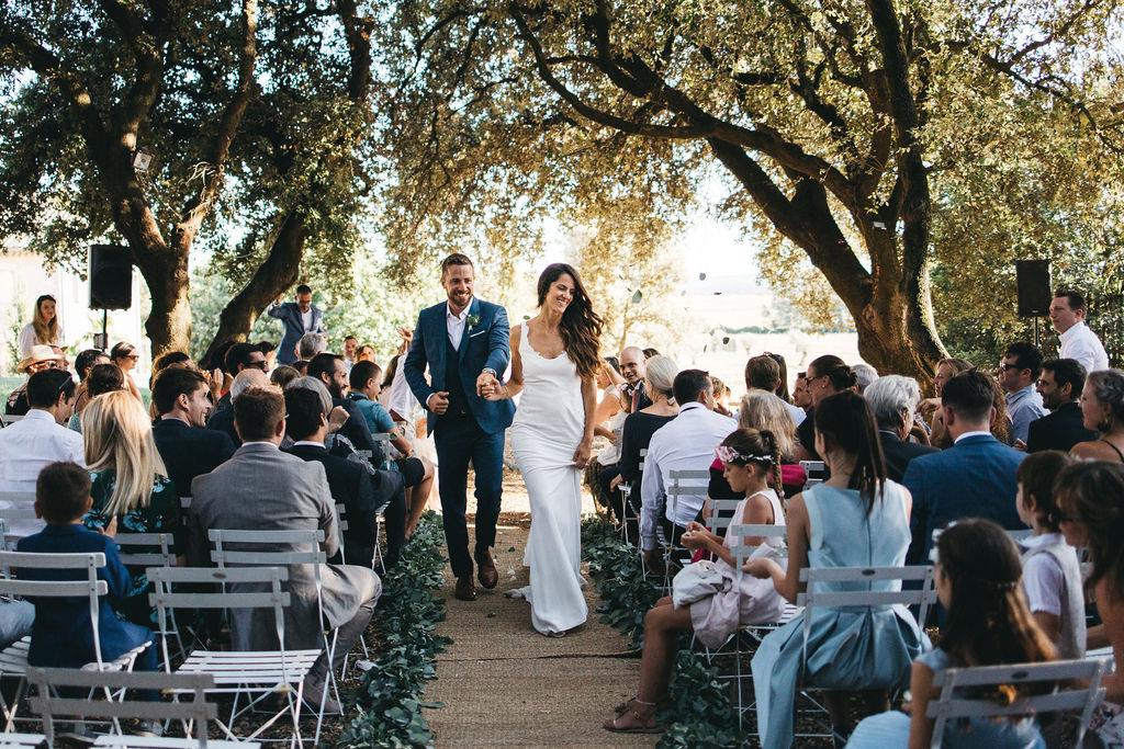 sortie de la cérémonie laïque en Provence. Empreinte Éphémère wedding planner Provence, paris et normandie