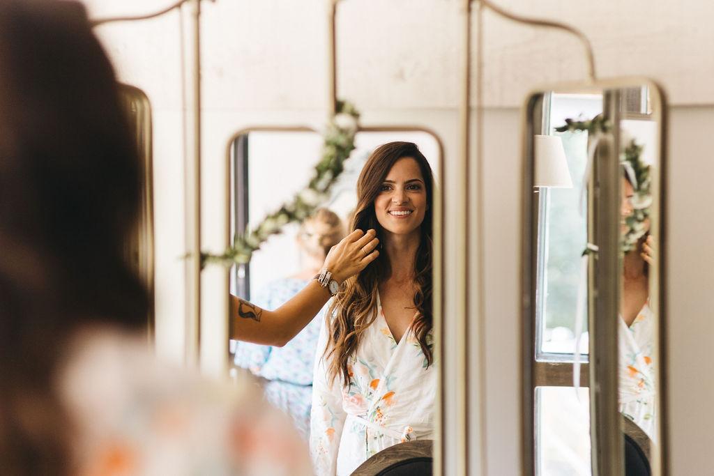 la mariée avec une coiffure de mariage naturel et moderne. Empreinte éphémère wedding planner Provence paris normandie
