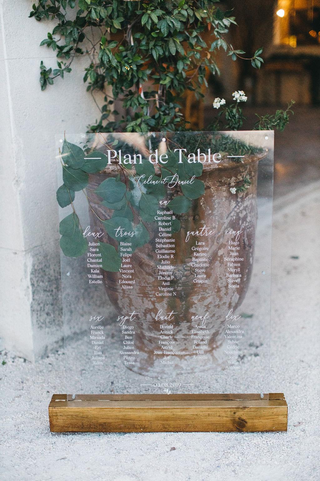 Plan de table plexi pour un mariage moderne et nature au domaine de Patras. Empreinte Ephémère wedding planner Provence, paris et normandie