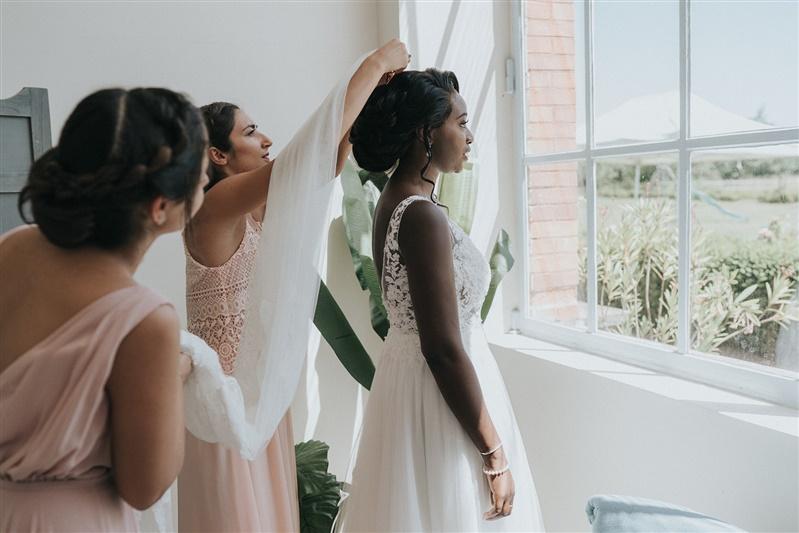 préparatif de la mariée pour un mariage élégant à paris. Empreinte éphémère wedding planner Provence paris normandie