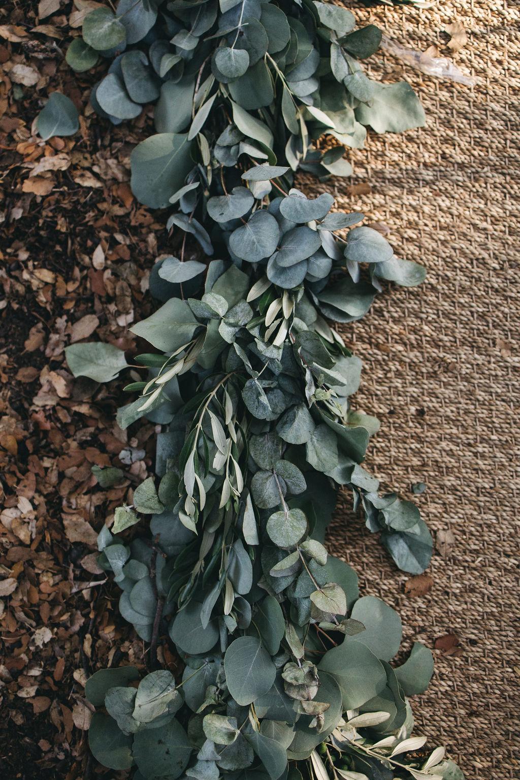 mariage au thème eucalyptus. Guirlande de feuillage, guirlande d'eucalyptus. Empreinte éphémère wedding planner Provence, paris et normandie