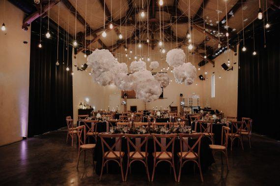 idée décoration de mariage industriel sur un lieu de mariage industriel les bonnes joies la ferme d'armenon. Empreinte Ephémère wedding planner Provence, paris normandie
