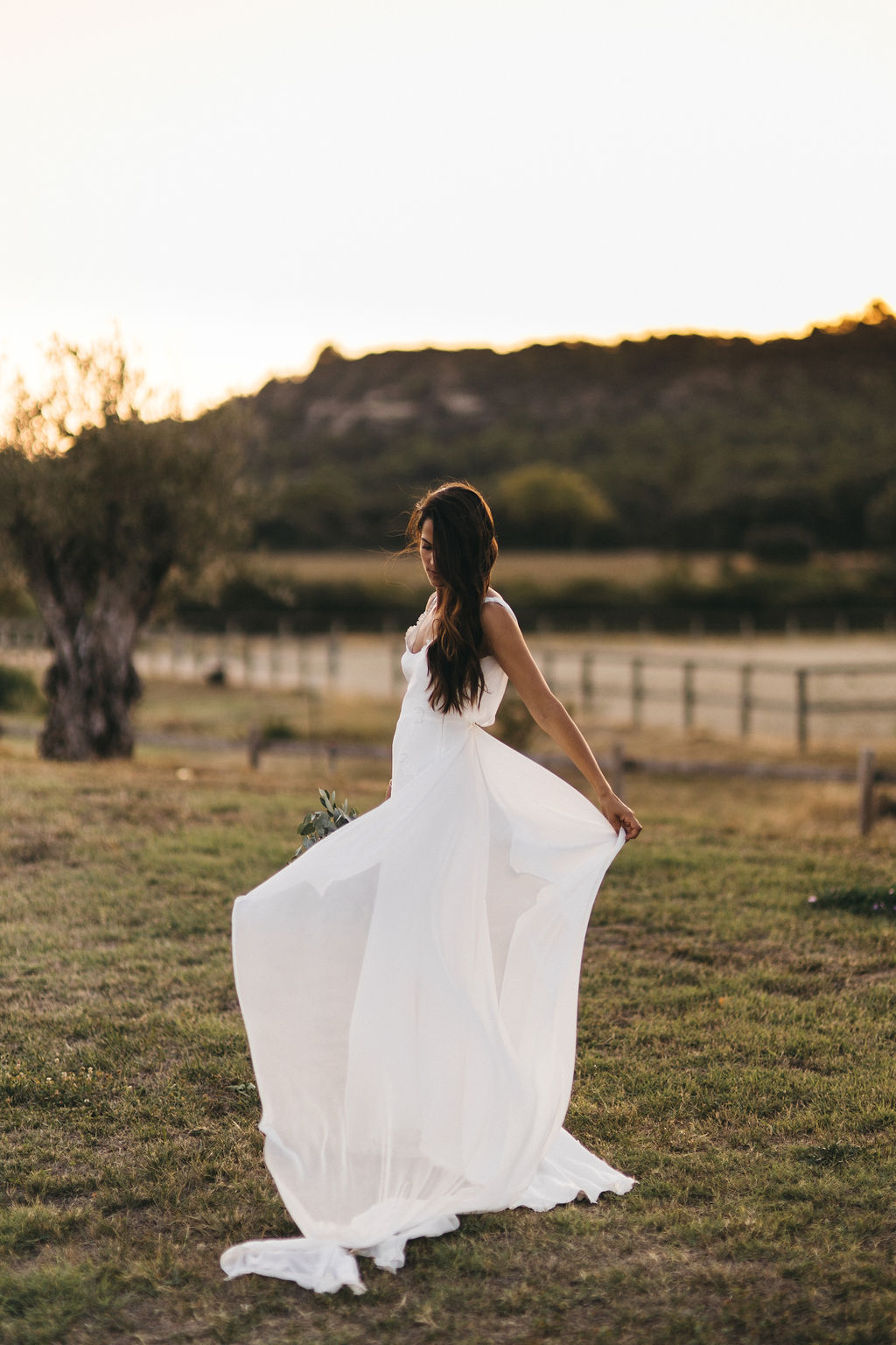 robe de mariée de la marque rime arodaky. Mariage moderne et simple au domaine de Patras. Empreinte Ephémère wedding planner Provence, paris et normandie