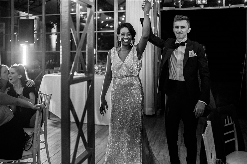 entrée des mariés pour un mariage moderne et un mariage industriel. Empreinte éphémère wedding planner Provence paris normandie