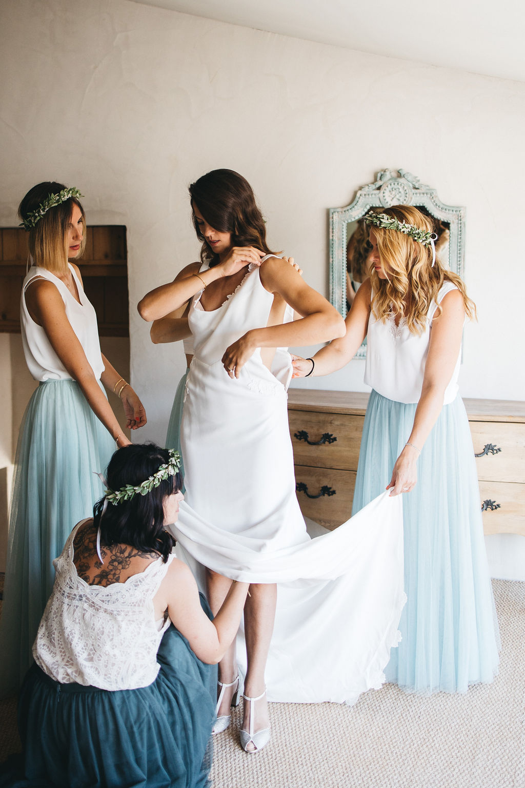 préparatif de la mariée au domaine de Patras en Provence. Empreinte éphémère wedding planner Provence, paris et normandie