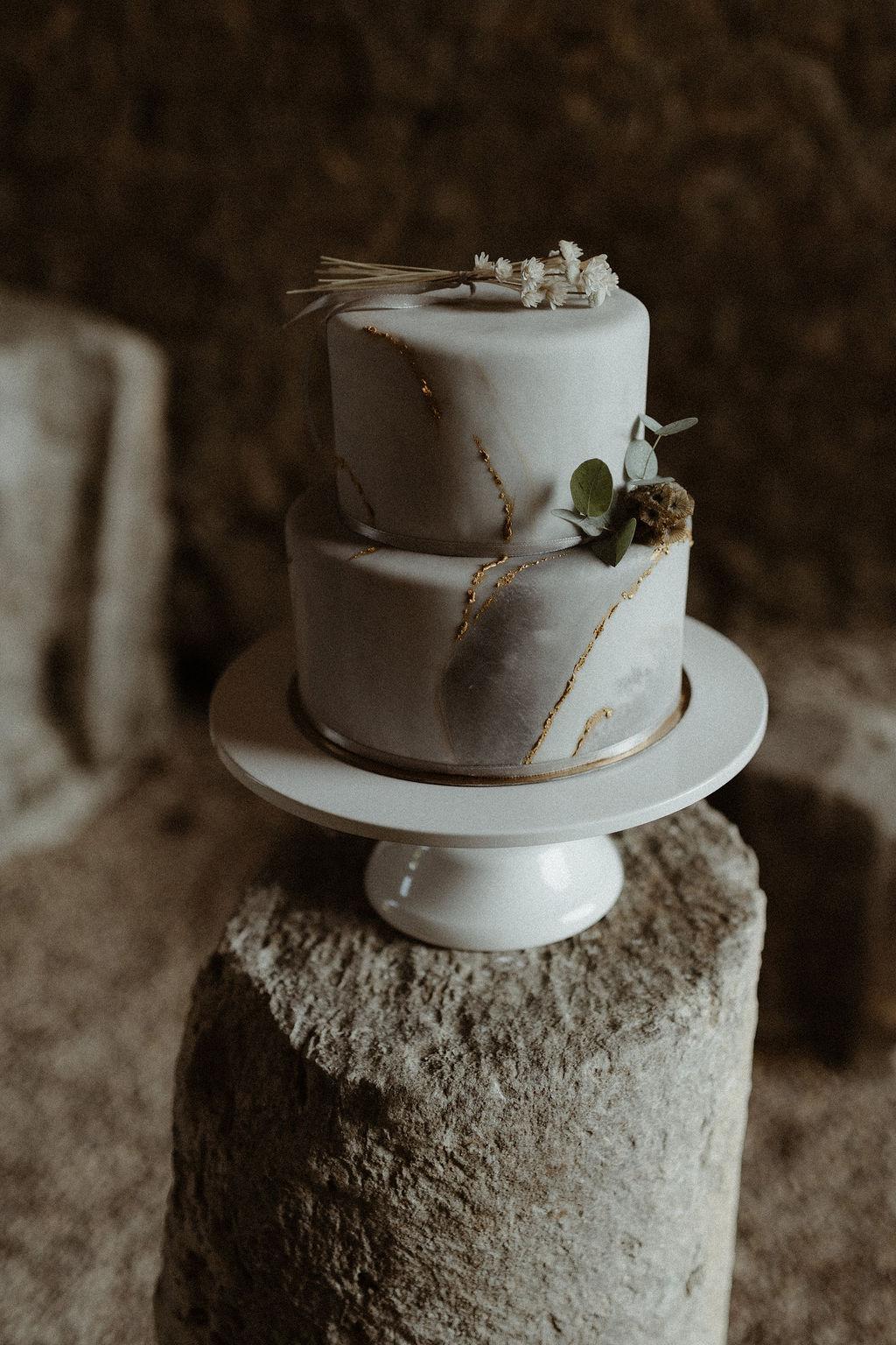 gateau de mariage et wedding cake sur mesure pour un mariage atypique en normandie. Empreinte éphémère wedding planner Provence paris normandie