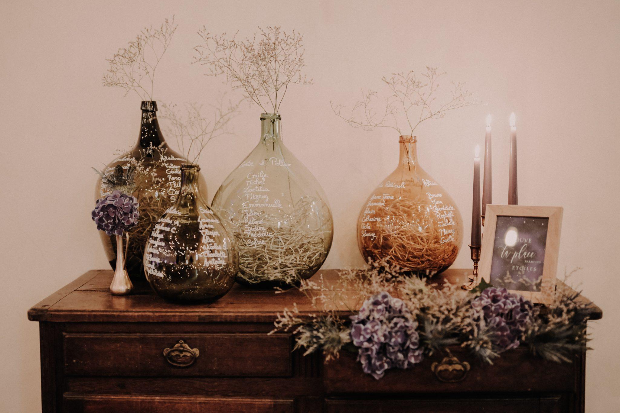 Plan de table avec dame jeanne pour un mariage original et simple. Empreinte Ephémère wedding planner Provence, paris et normandie