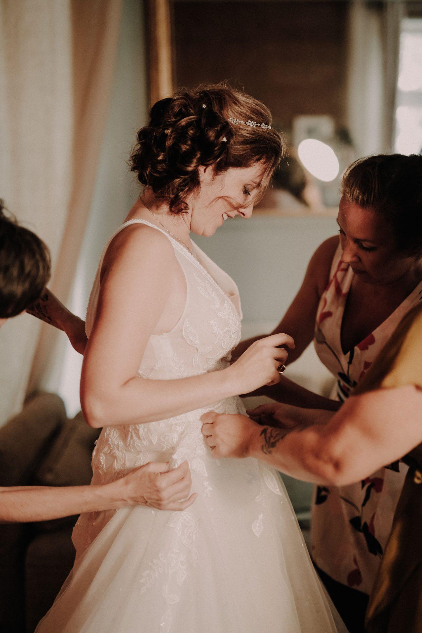 préparatif de la mariée et organisation de mariage à la ferme d'armenon. Empreinte Ephémère wedding planner Provence, paris et normandie