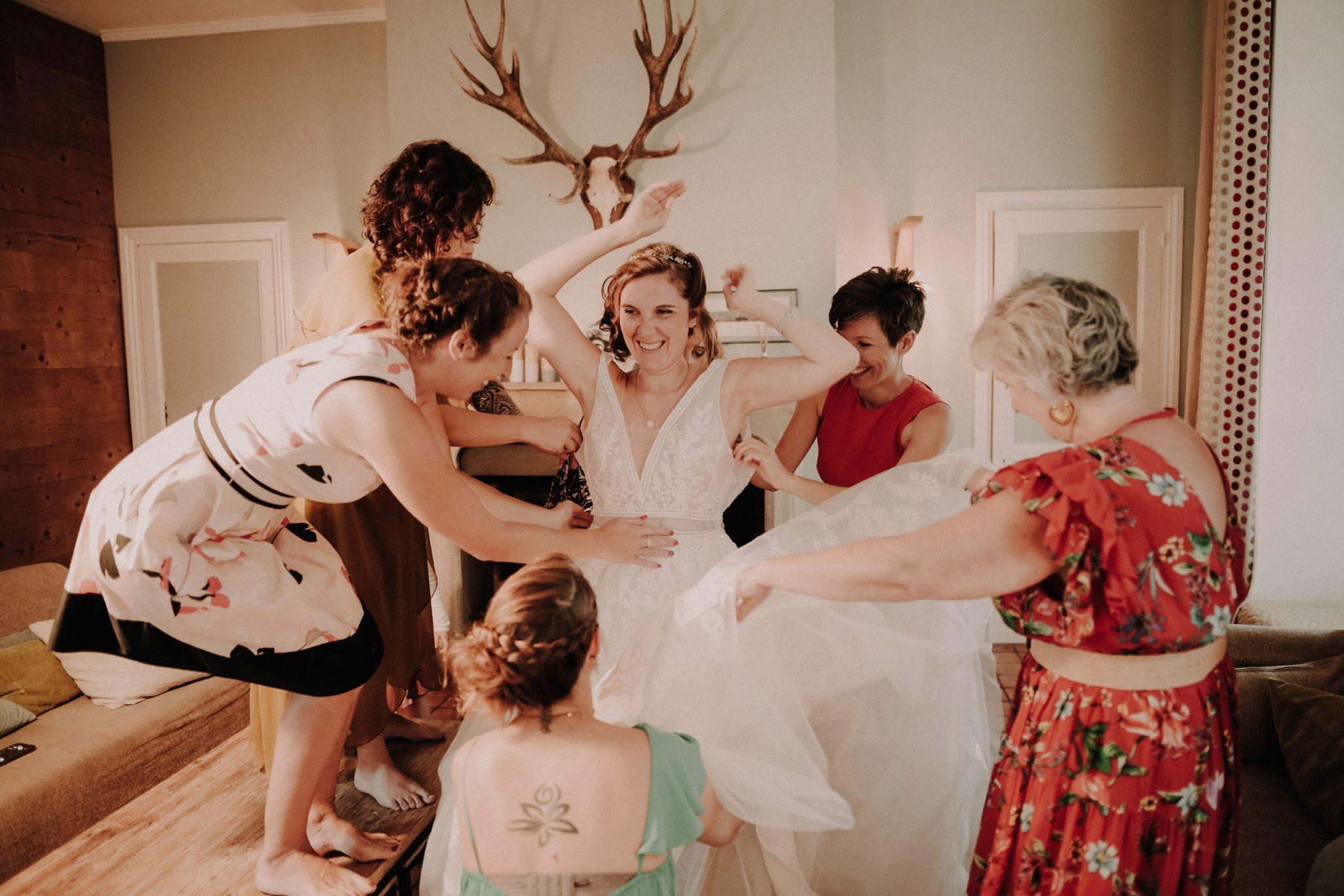 préparatif de la mariée avec ses demoiselles d'honneur. Empreinte Ephémère wedding planner Provence, paris et normandie