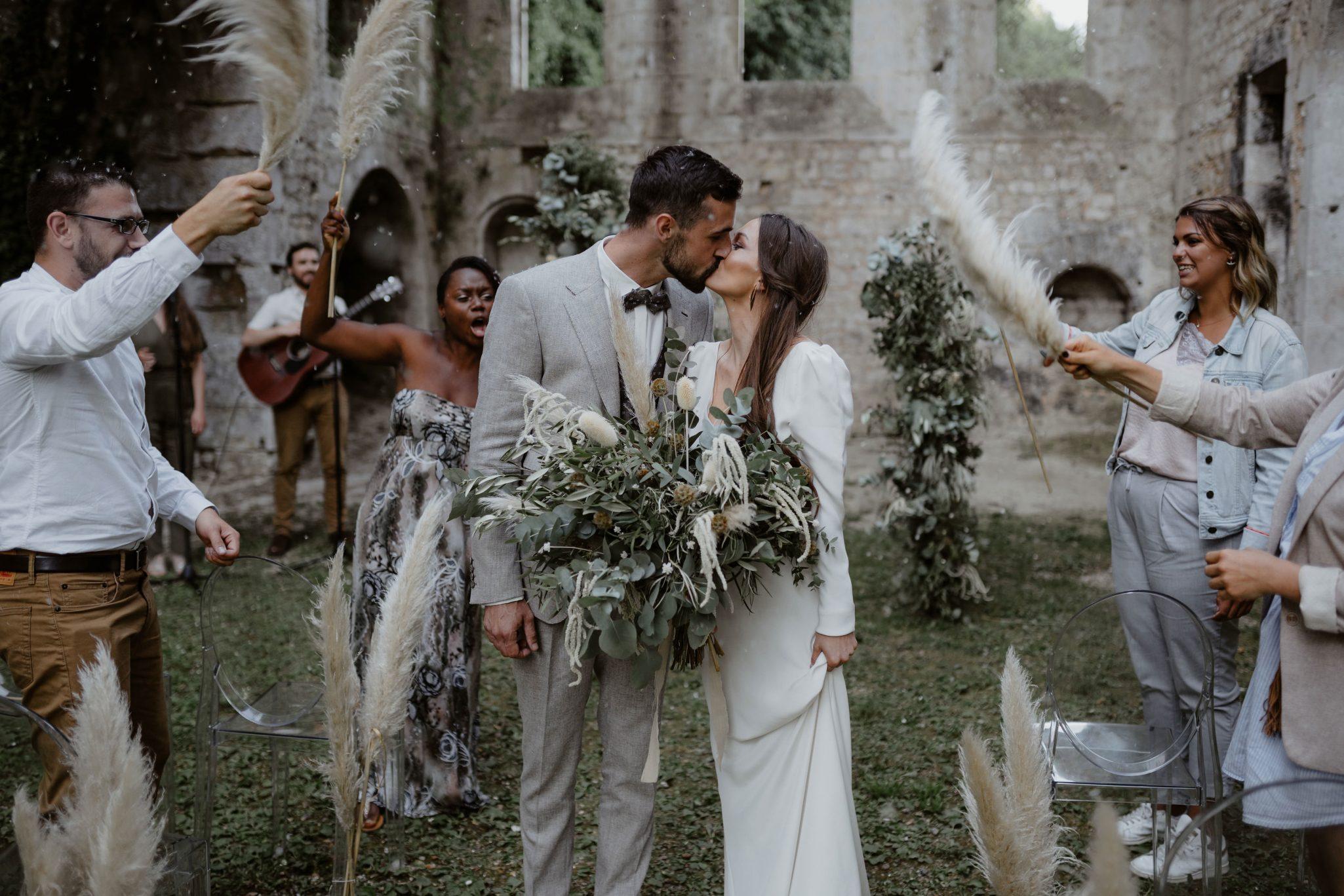cérémonie laique et mariage bohème chic avec pampa à l'abbaye fontaine guérard. Empreinte Ephémère wedding planner Provence paris normandie