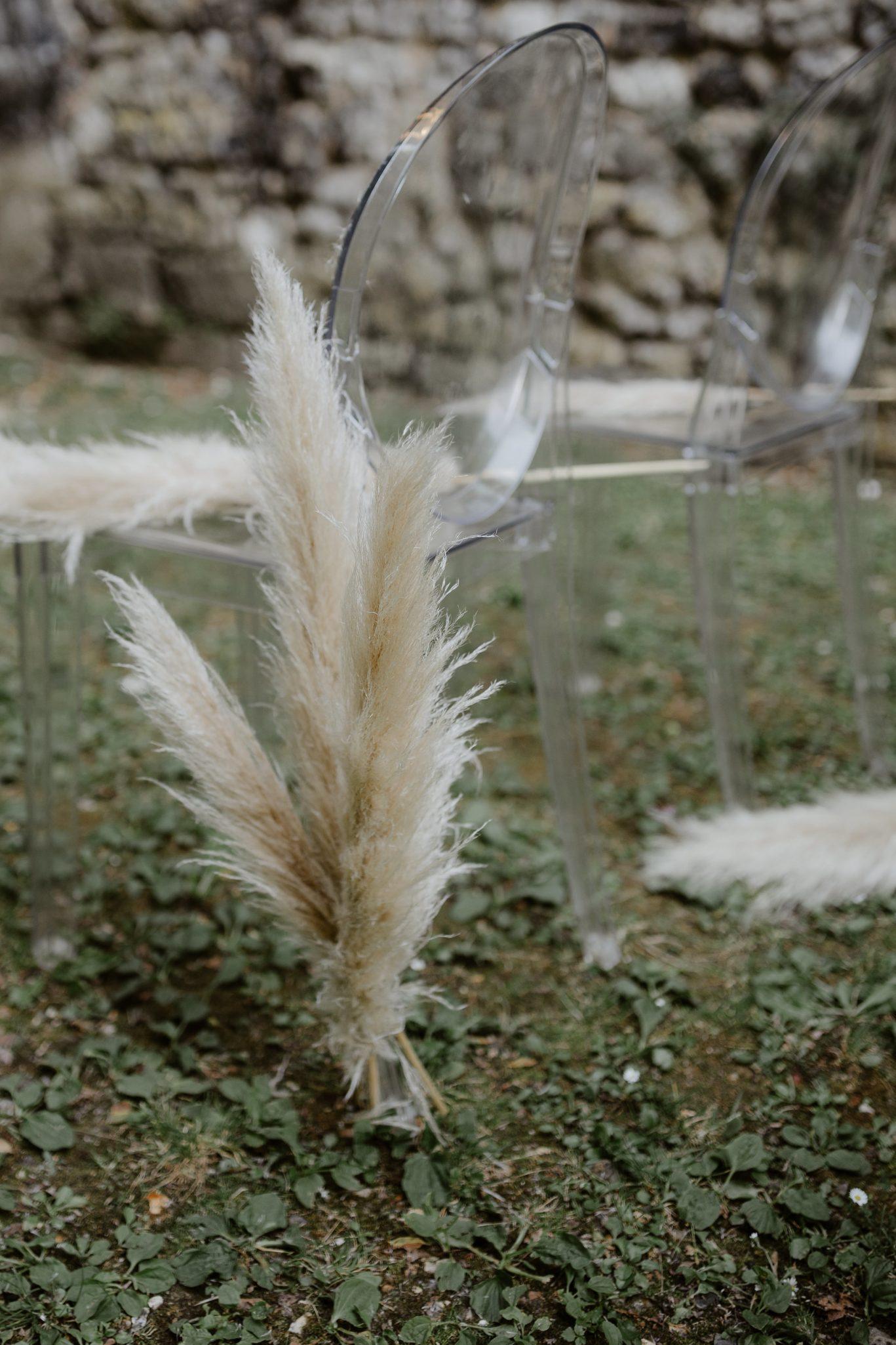 allée de la cérémonie laïque avec tige de pampa .Empreinte éphémère wedding planner Provence paris normandie
