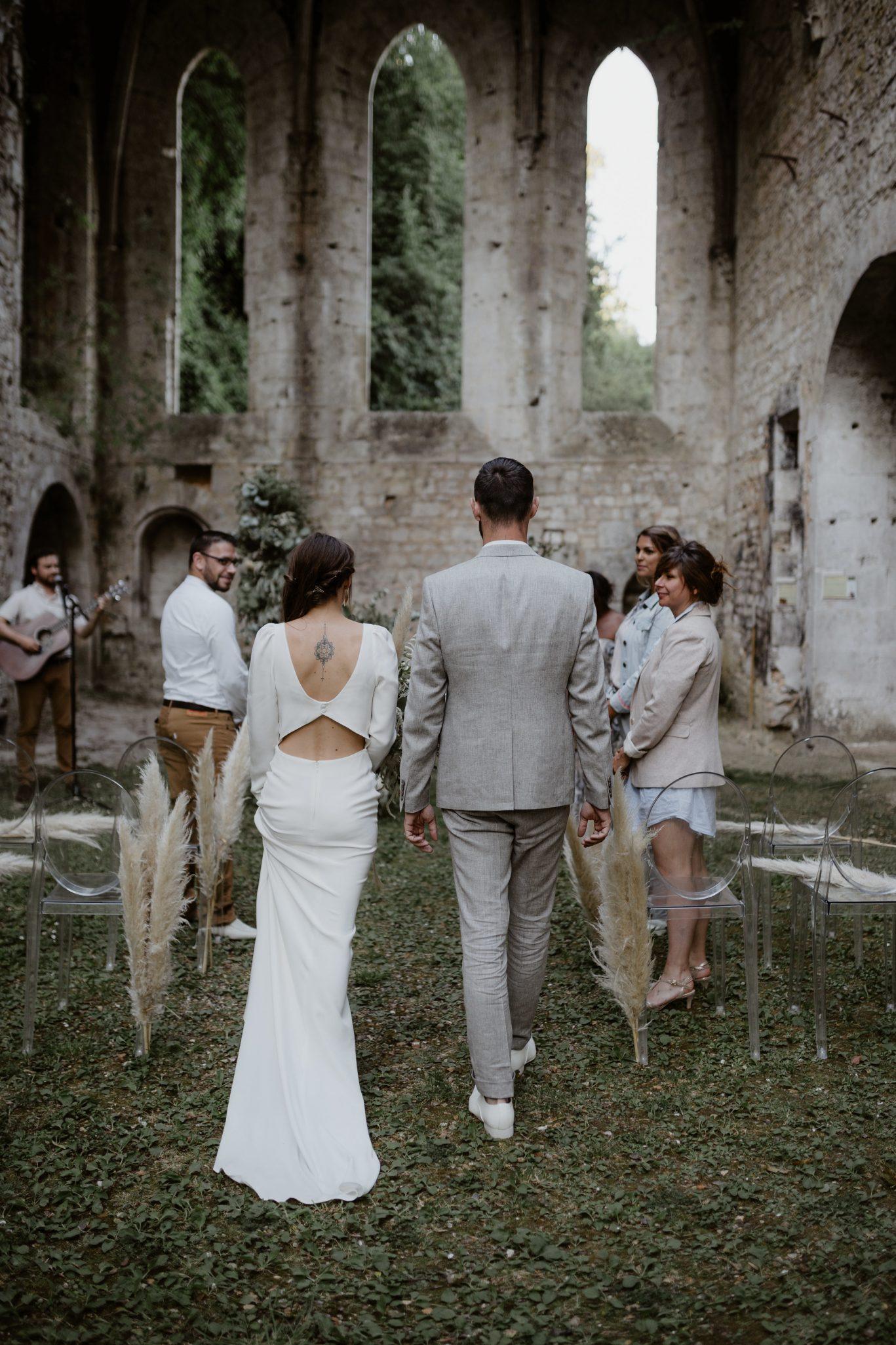 entrée des mariés à la cérémonie laique dans un lieu original mariage. Empreinte éphémère wedding planner Provence paris normandie