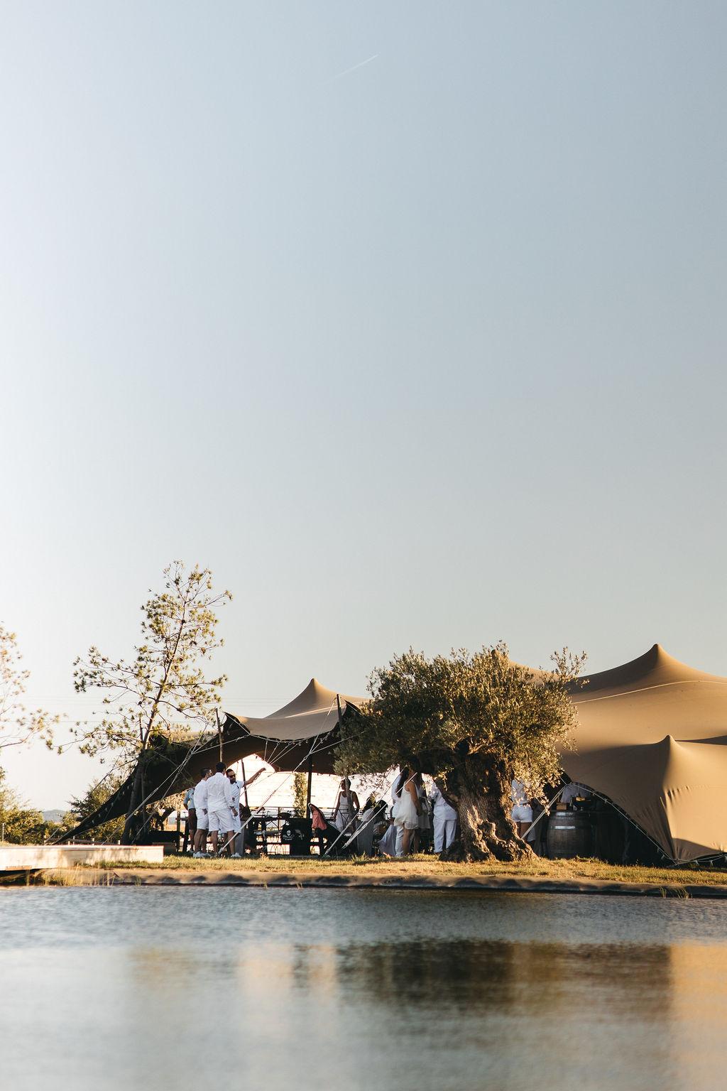 mariage intime sous une tente nomade en Provence. Empreinte Ephémère wedding planner Provence, Paris et Normandie .