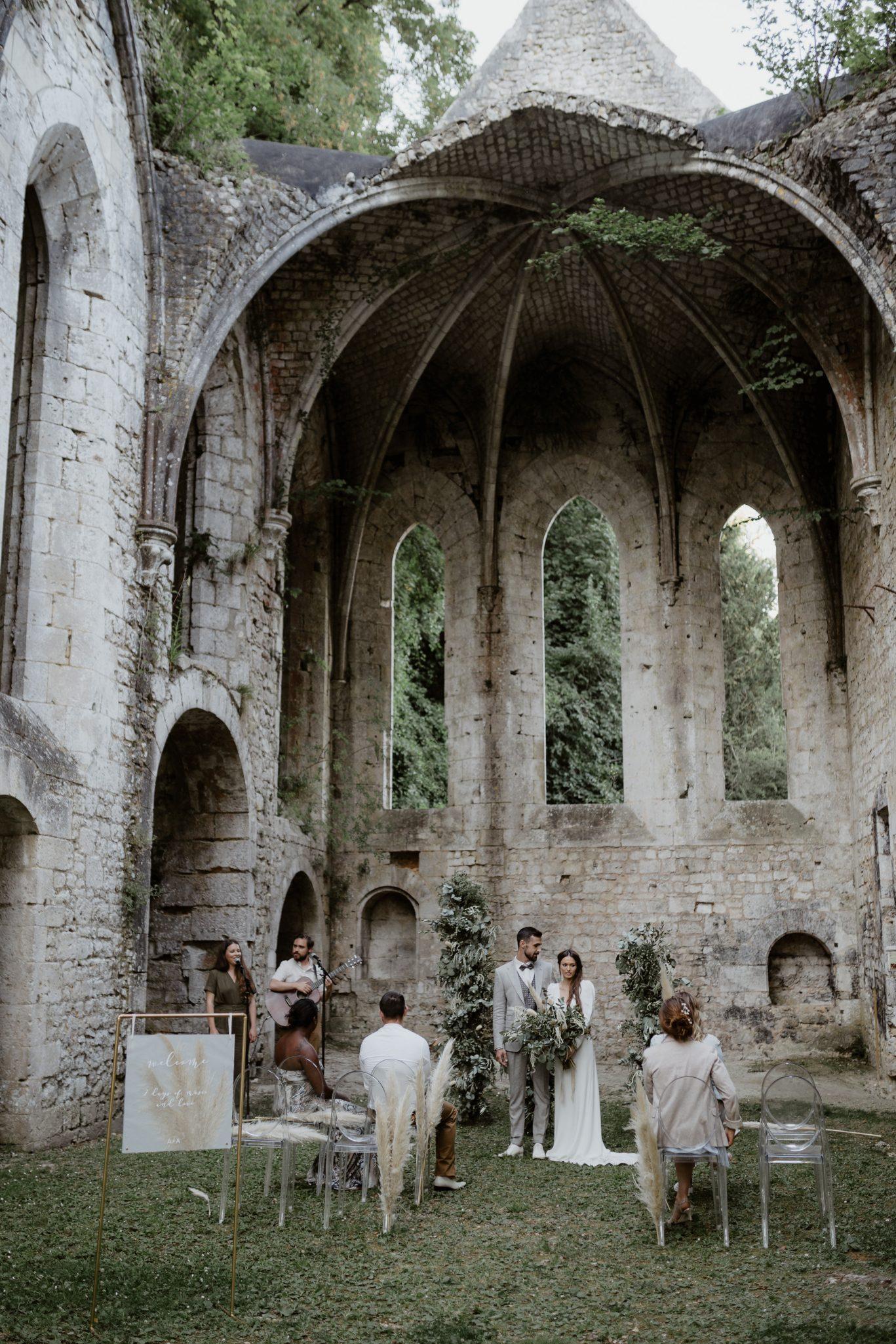 mariage bohème, mariage intime et mariage en petit comité dans un lieu mariage original l'abbaye fontaine guérard. Empreinte éphémère wedding planner Provence paris normandie