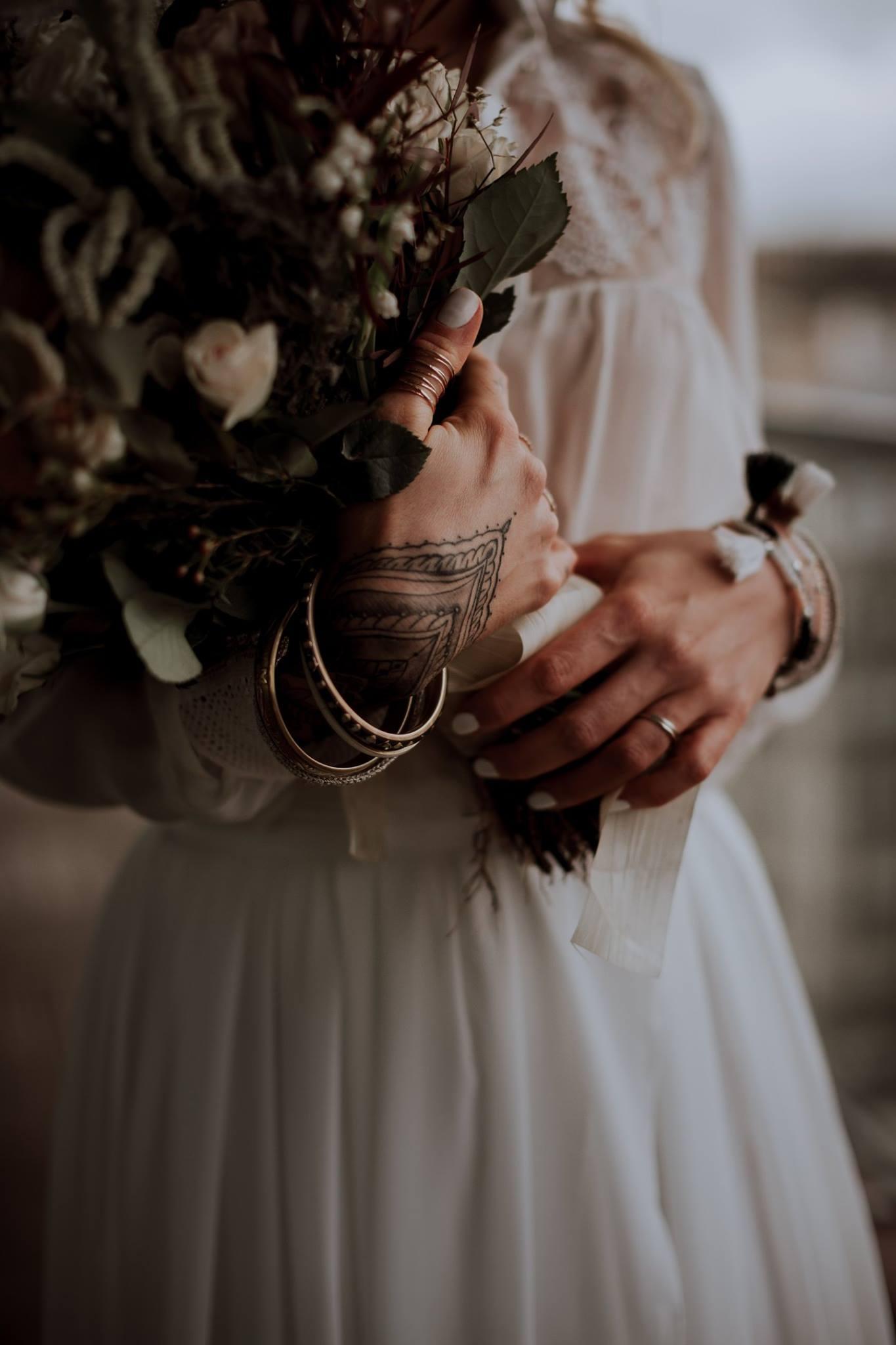 mariage atypique et mariage folk avec une robe de mariée moderne. Empreinte éphémère wedding planner Provence paris normandie