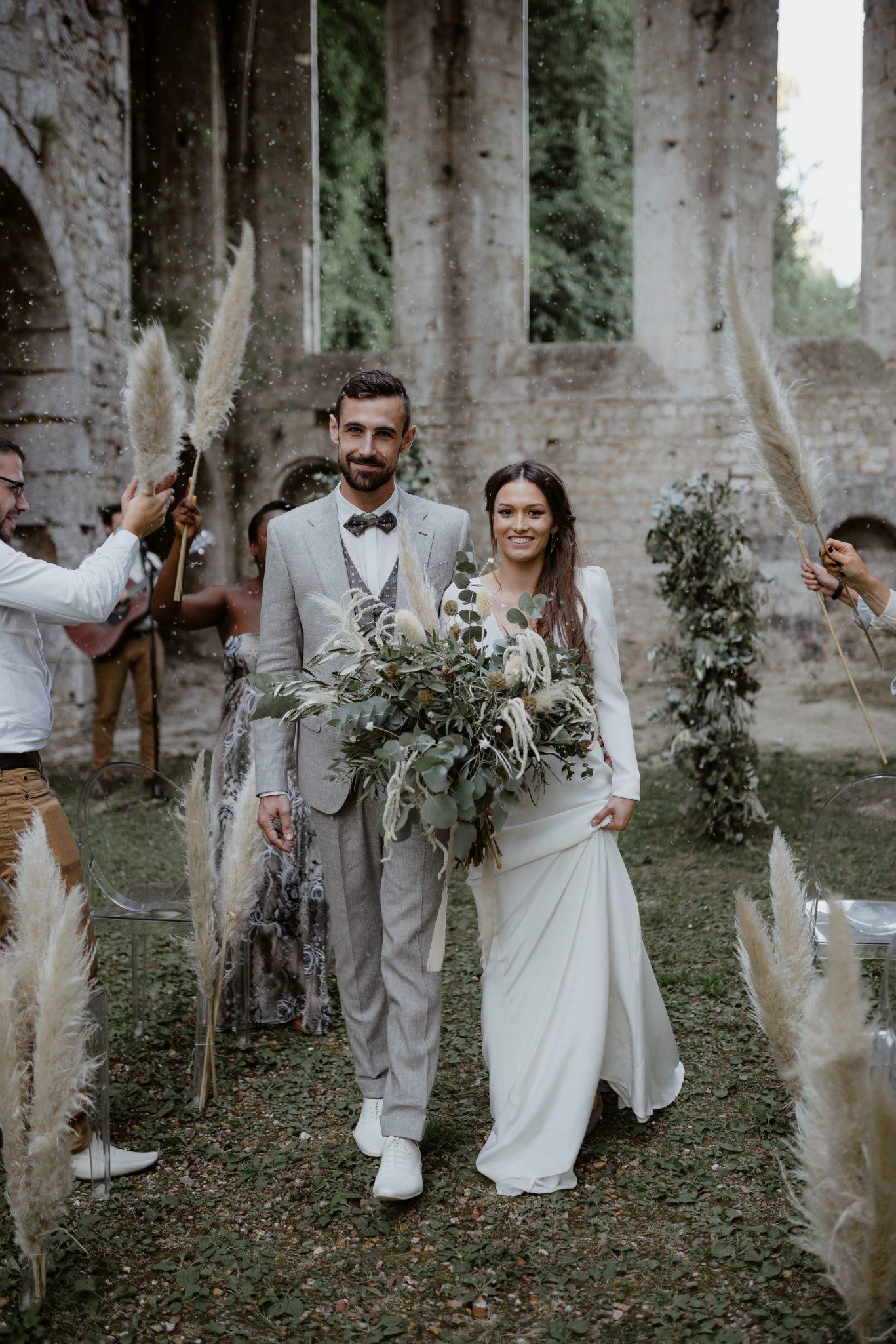 sortie des mariés de la cérémonie laique pour un mariage bohème chic. Empreinte éphémère wedding planner Provence paris normandie