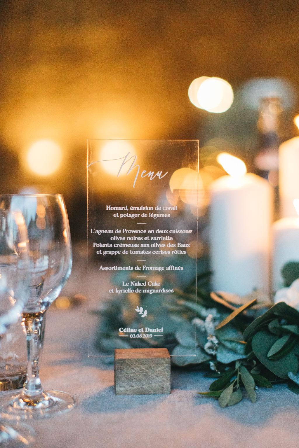 Papeterie mariage, menu en plexi. Décoration de mariage en Provence. Empreinte Ephémère wedding planner Provence, paris et normandie