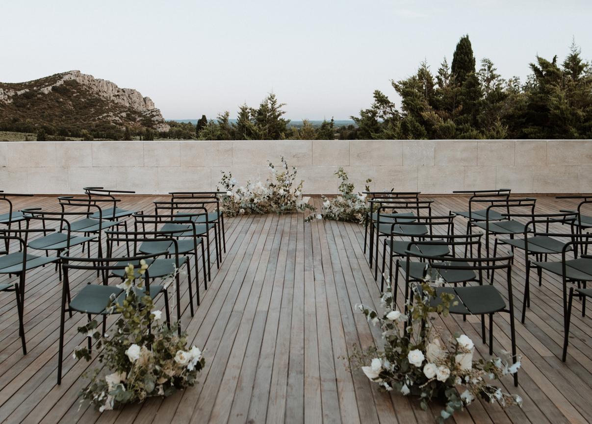cérémonie laïque en Provence aux Alpilles mariage moderne au domaine du vallon des glaives