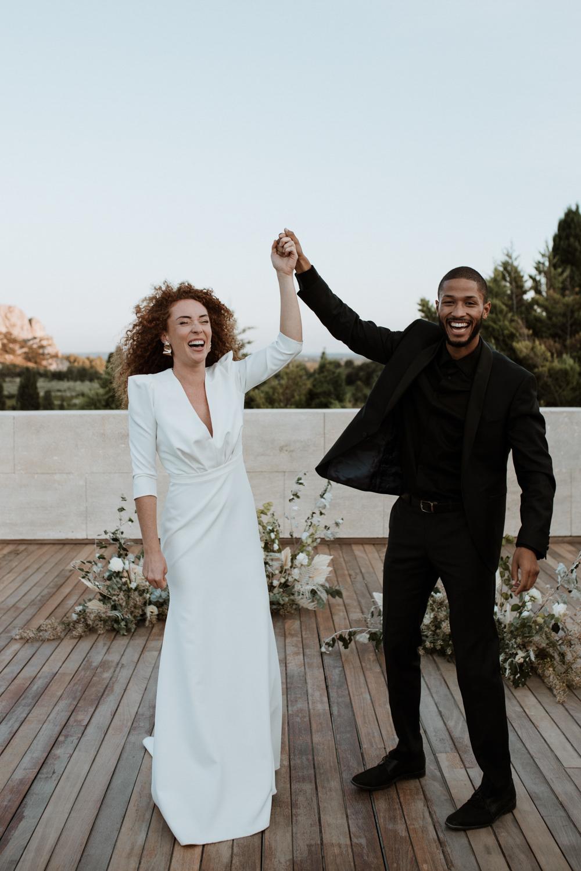 mariage en extérieur en Provence sortie de cérémonie laïque